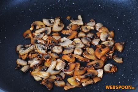 Предлагаю сразу же обжарить грибы, чтобы потом не возвращаться к плите и сковородкам, грибы можно было обжарить и вместе с фаршем, но я решила поступить иначе, они у меня запланированы больше для украшения и аромата. Обжариваем до золотистой корочки, добавив немного оливкового масла и соли.