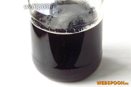 Смесь тщательно перемешать до полного растворения кофе, сразу же перелить в стеклянную банку ёмкостью 1,5 или 2 л и плотно закрыть крышкой. Когда ликёр остынет — можно пробовать. Перед подачей разлить в бутылки.