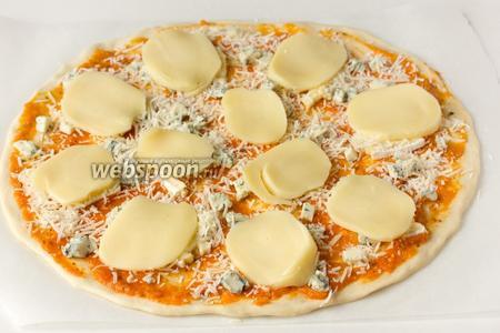 Выкладываем чеддер по всей площади пиццы.