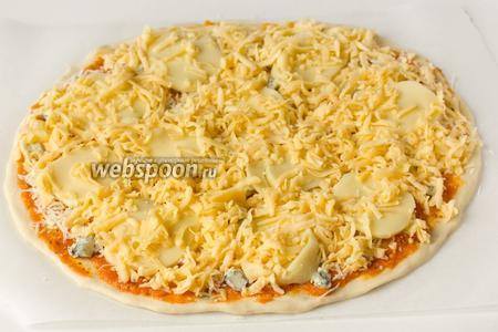 Выкладываем весь натёртый российский сыр.