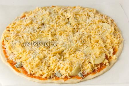 Затем посыпаем оставшимся пармезаном. Последний штрих — посыпаем пиццу чёрным свежемолотым перцем.