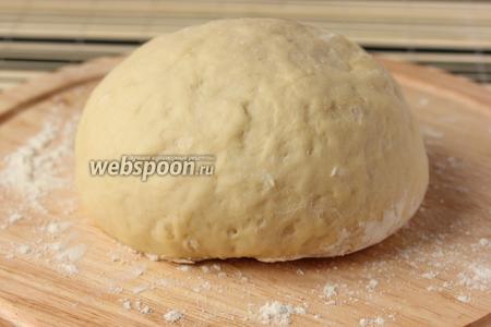 Приготовить заранее тесто для пиццы.