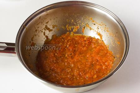 На сковороду наливаем оливковое масло, ставим на огонь, когда масло достаточно нагреется — бросаем в него чеснок на пару секунд, зтем вливаем томатное пюре, добавляем соль, сахар, сухой базилик и выпариваем на среднем огне.