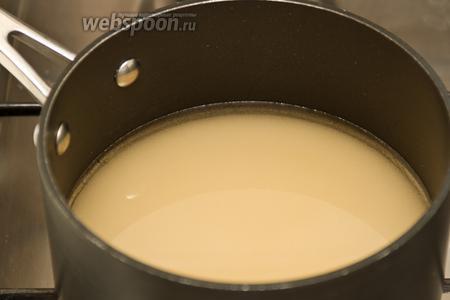 Выливаем 1 стакан воды в кастрюлю и засыпаем туда же сахар. Доводим до кипения. Затем варим на медленном огне 5-7 минут.