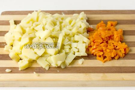 Отвариваем яйца, картофель в мундирах и морковь до готовности в слегка подсоленной воде. Даём овощам остыть, чистим и нарезаем мелкими аккуратными кубиками.