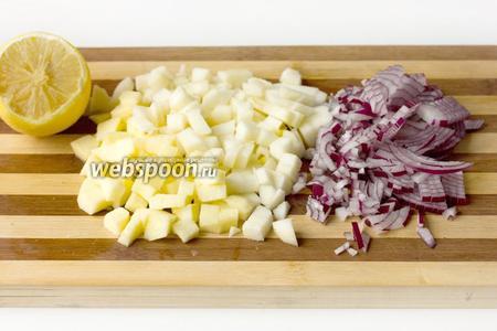Яблоки и лук очищаем. Яблоки нарезаем кубиками (такими же по размеру, как кубики картофеля), поливаем их лимонным соком. Фиолетовый лук измельчаем.