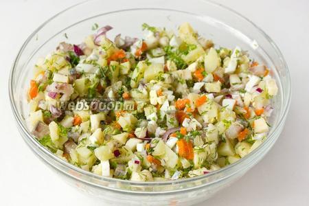 Соединяем и перемешиваем нарезанные овощи, зелень, яблоки и филе сельди.