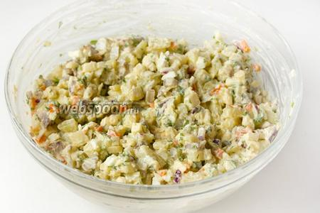Тщательно перемешиваем салат. Перед подачей необходимо дать ему около 30 минут настояться в холодильнике.