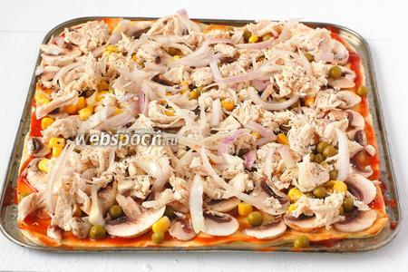 На филе — очень тонко порезанные полукольца лука. Лук сбрызнуть оливковым маслом и сдобрить чёрным молотым перцем.