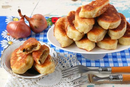 Пирожки с картофелем, луком и грибами жареные