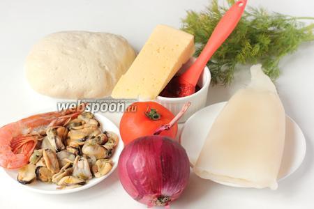 Для приготовления пиццы с морепродуктами нам понадобится  дрожжевое тесто для пиццы , томатный соус, очищенный свежезамороженный кальмар, свежезамороженные вареные мидии, крупная креветка, фиолетовый лук, помидор, твёрдый сыр, свежий укроп, соль и чёрный молотый перец.