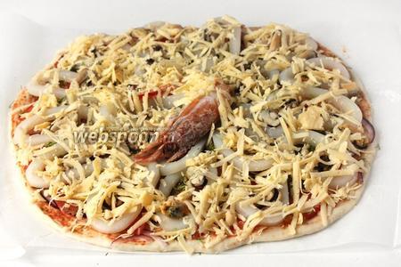 Твёрдый сыр натираем на крупной тёрке, посыпаем пиццу.