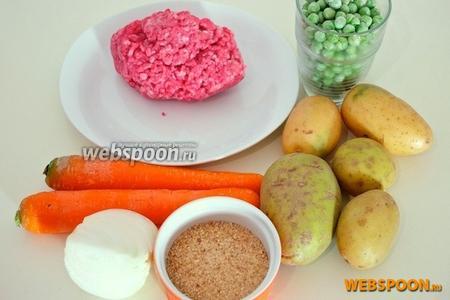 Вам понадобятся картофель, морковь, половина луковицы, замороженный зелёный горошек, говяжий фарш, панировочные сухари, мускатный орех, немного молока, сливочное и оливковое масло.