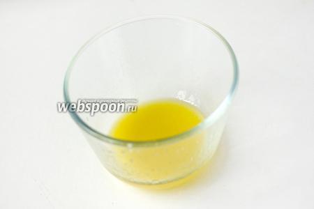 Пока мидии остывают, приготовим заправку. Вилкой или маленьким венчиком перемешиваем лимонный сок, оливковое масло и соль.