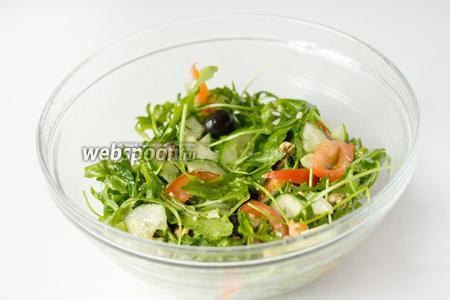 Перемешиваем и сразу же подаём готовый салат к столу!