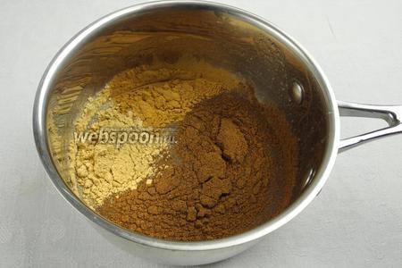 Растопить на водяной бане мёд. Добавить молотые пряности: корицу, имбирь и гвоздику. Подержать на пару 5 минут, всё время помешивая.