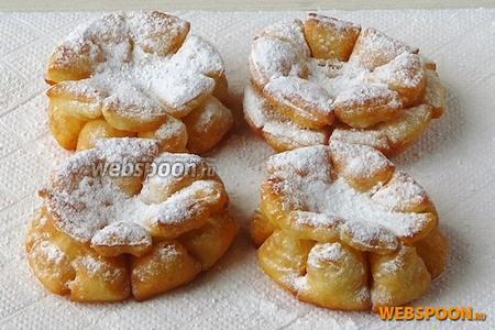 При подаче обильно посыпать хворост смесью из сахарной пудры и ванилина.