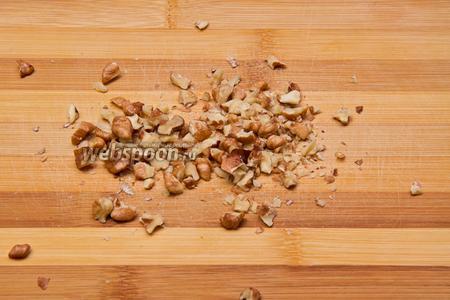 Делаем карамель. Измельчаем орехи. Измельчённых орехов должно получиться 2 стакана.