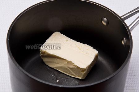 Кладём масло в кастрюлю и растапливаем его.