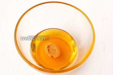 Мёд тщательно размешать с горчицей и 1 столовой ложкой уксуса.
