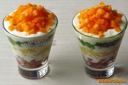 Хурму выложить на йогурт горкой. К салату подать десертные ложки.