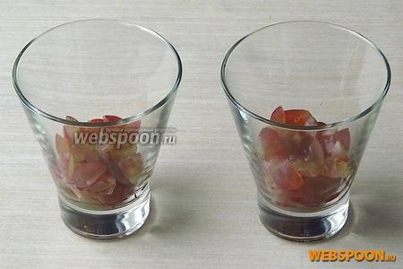 Виноград выложить на дно бокалов, слегка утрамбовывая.