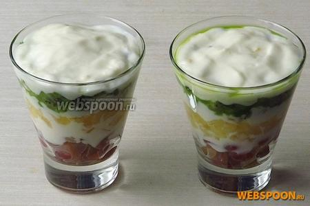 Киви обильно покрыть йогуртом.