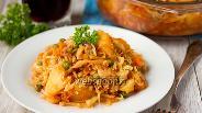Фото рецепта Капуста, тушёная с зелёным горошком, картофелем и куриным мясом в микроволновке
