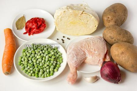 Для приготовления овощного рагу по этому рецепту нам понадобятся следующие продукты: картофель (у меня крупный), куриный окорочок, лук, чеснок, капуста белокочанная, зелёный горошек замороженный, томатная паста, морковь, лавровый лист, масло подсолнечное рафинированное, соль, чёрный перец горошком, вода кипячёная.