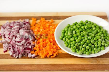 Размораживаем горошек (удобно и быстро это можно сделать в микроволновой печи), чистим лук и морковь, нарезаем овощи мелкими кубиками.