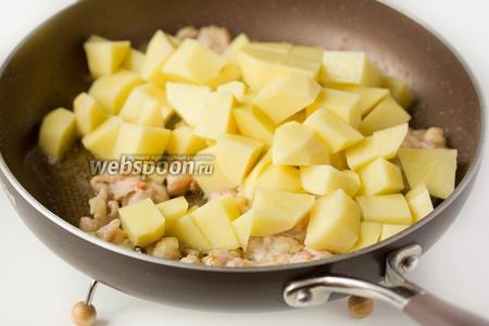 С куриного окорочка срезаем мясо, слегка обжариваем его вместе с кусочками картофеля на подсолнечном рафинированном масле.