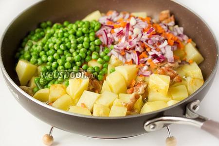 Добавляем в сковороду зелёный горошек, лук и морковь.