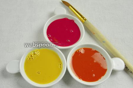 Мы получили три цвета — жёлтый, малиновый и терракотовый. Налить их в небольшие ёмкости. Приготовить кисточку.