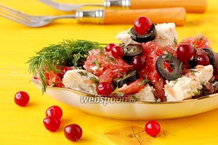 Салат с курицей, грейпфрутом и клюквой