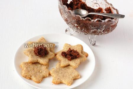 Прослоить печенье  шоколадно-ореховой пастой   или любимым джемом. Сложить по 2.