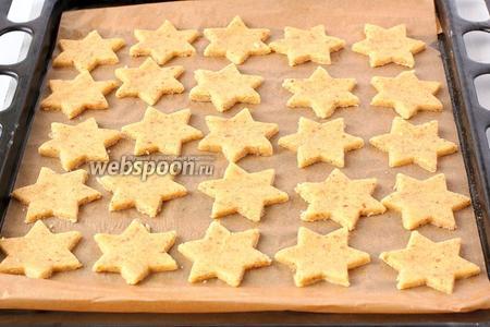 Выложить печенье на устланную пергаментной бумагой форму для выпечки.