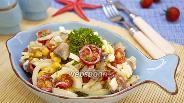 Фото рецепта Салат с копчёной скумбрией и кукурузой