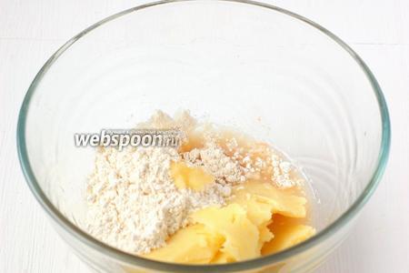 К активированным дрожжам добавить 150 мл тёплого картофельного отвара, теплый толчёный  картофель, 2 столовых ложки муки.