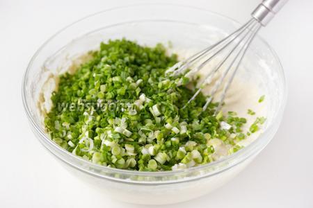 Перемешиваем до получения однородного теста, всыпаем в тесто зелёный лук.