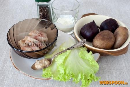 Предварительно отварить и остудить картофель и свёклу, приготовить сметану, хрен, зелень, перец чёрный, филе скумбрии, нарезанное небольшими ломтиками.