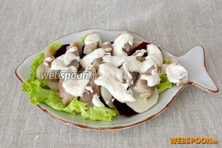 Поверх салата относительно равномерно выложить заправку. Перед подачей посыпать измельчённой зеленью петрушки.
