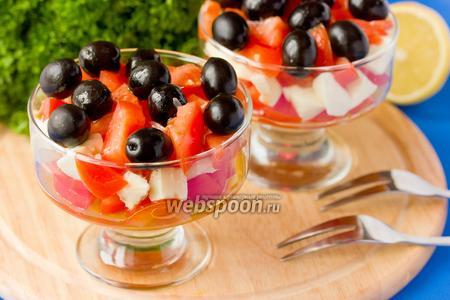 Салат с моцареллой, помидорами и маслинами
