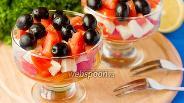 Фото рецепта Салат с моцареллой, помидорами и маслинами