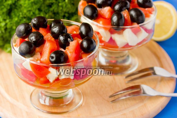 Фото Салат с моцареллой, помидорами и маслинами