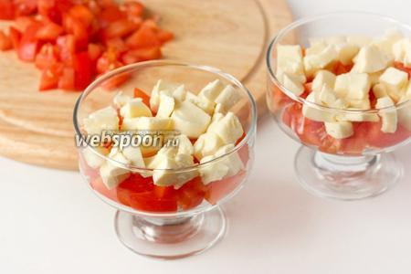 Далее на слой из помидор выкладываем моцареллу.