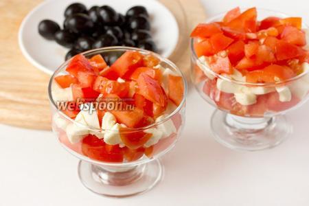 На моцареллу раскладываем оставшиеся помидоры.
