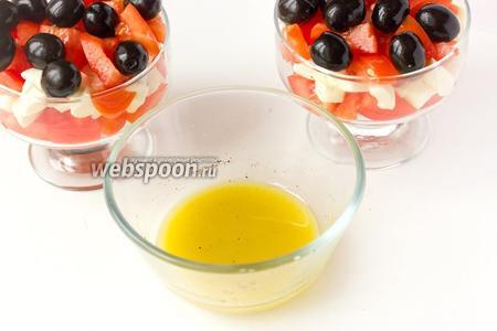 Из оливкового масла, свежевыжатого лимонного сока и щепотки соли готовим заправку, смешивая все компоненты вилкой.