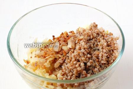 Горячий картофель потолочь, добавить готовую гречку, поджаренный лук. Посолить по вкусу.