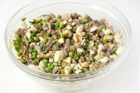 Соединяем в глубоком салатнике: зелёный горошек, яйца, индюшиные сердечки, солёный огурец, обжаренные шампиньоны с луком, зелень петрушки. Перемешиваем ингредиенты.