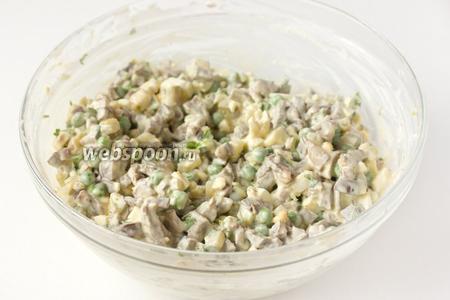 Тщательно перемешиваем. Даём салату настояться в холодильнике как минимум 30 минут и можно подавать к столу!
